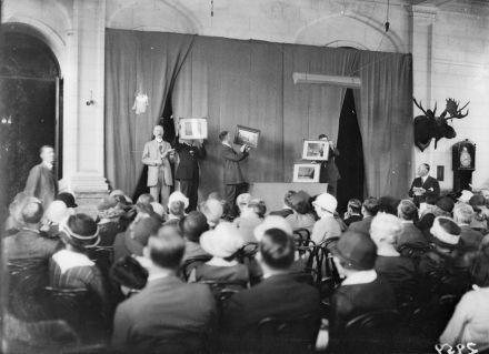 «Casa Loma, auction sale (Fonds 1266, Item 2959)» par Globe and Mail — Cette image est disponible aux Archives de la Ville de Toronto, sous le numéro de référence Fonds 1266, Item 2959